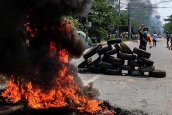 Myanmar da 100 gösterici hayatını